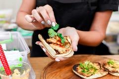 Χέρια πλανόδιων πωλητών που κάνουν το taco υπαίθρια Στοκ φωτογραφίες με δικαίωμα ελεύθερης χρήσης