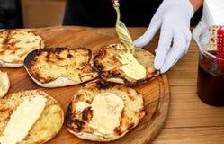 Χέρια πλανόδιων πωλητών που κάνουν το taco υπαίθρια Στοκ Εικόνες