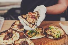 Χέρια πλανόδιων πωλητών που κάνουν το taco υπαίθρια Στοκ Εικόνα