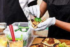 Χέρια πλανόδιων πωλητών που κάνουν το taco υπαίθρια Στοκ φωτογραφία με δικαίωμα ελεύθερης χρήσης