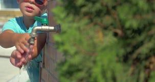 Χέρια πλύσης αγοριών στη βρύση οδών απόθεμα βίντεο