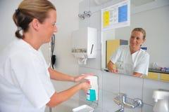 Χέρια πλύσης γιατρών Στοκ φωτογραφία με δικαίωμα ελεύθερης χρήσης