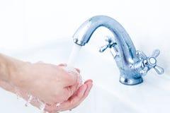 Χέρια πλύσης κάτω από τη βρύση τρεχούμενου νερού Στοκ Εικόνα
