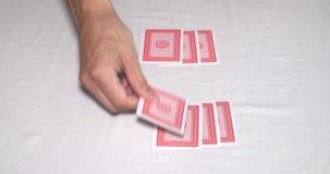 Χέρια σε έναν πίνακα πόκερ που μεταθέτει μια γέφυρα των καρτών και της ενασχόλησης απόθεμα βίντεο