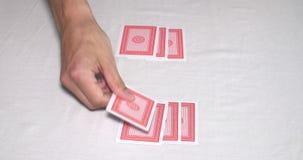 Χέρια σε έναν πίνακα πόκερ που μεταθέτει μια γέφυρα των καρτών και της ενασχόλησης φιλμ μικρού μήκους