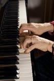 Χέρια σε ένα πιάνο Στοκ Φωτογραφία
