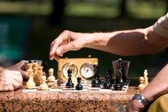 χέρια σκακιού χαρτονιών Στοκ Εικόνα