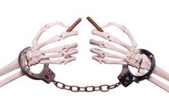 Χέρια σκελετών με το σπασμένο εκμετάλλευση πούρο χειροπεδών Στοκ φωτογραφία με δικαίωμα ελεύθερης χρήσης