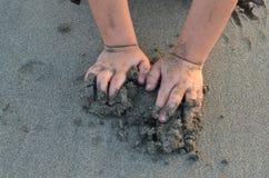 Χέρια στην παραλία Στοκ Εικόνες