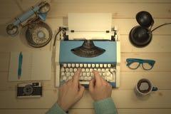 Χέρια στη γραφομηχανή στο γραφείο γραφείων Επίπεδος βάλτε Στοκ Φωτογραφίες