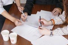 Χέρια στο γραφείο στοκ φωτογραφία με δικαίωμα ελεύθερης χρήσης