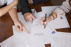 Χέρια στο γραφείο Στοκ εικόνες με δικαίωμα ελεύθερης χρήσης