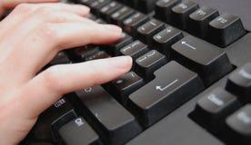 Χέρια στο πληκτρολόγιο στοκ φωτογραφίες