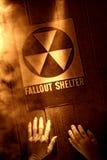 Χέρια στο σημάδι καταφυγίων ραδιενεργόυ τέφρας στην πυρηνική καταστροφή Στοκ Φωτογραφίες