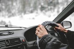 Χέρια στο τιμόνι Οδήγηση στο χειμερινό δάσος Στοκ Εικόνα