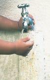 Χέρια στροφίγγων, νερού και του μικρού παιδιού Στοκ Εικόνες