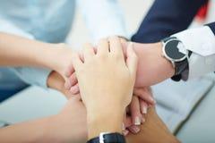 Χέρια σωρών επιχειρησιακών ομάδων Στοκ Εικόνες