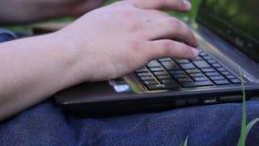 Χέρια της δακτυλογράφησης ατόμων στο lap-top φιλμ μικρού μήκους