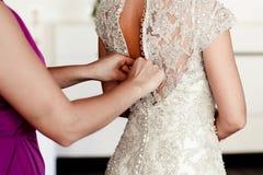 Χέρια της βοήθειας κοριτσιών στη νύφη Στοκ Εικόνα