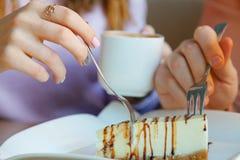 Χέρια της γυναίκας και ενός άνδρα στον καφέ Στοκ φωτογραφίες με δικαίωμα ελεύθερης χρήσης