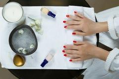 Χέρια της γυναίκας που παίρνουν το μανικιούρ στην κινηματογράφηση σε πρώτο πλάνο σαλονιών ομορφιάς Στοκ φωτογραφία με δικαίωμα ελεύθερης χρήσης