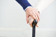 Χέρια της γυναίκας σε ετοιμότητα ανώτερο παλαιό Στοκ φωτογραφίες με δικαίωμα ελεύθερης χρήσης