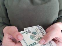 χέρια της επιχειρησιακής γυναίκας που μετρούν τους λογαριασμούς 20 δολαρίων στοκ εικόνα με δικαίωμα ελεύθερης χρήσης