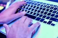 Χέρια της εργασίας ατόμων πίσω από ένα lap-top στοκ εικόνα