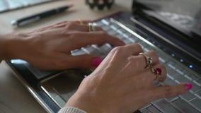 Χέρια της θαυμάσιας γυναίκας που δακτυλογραφούν σε έναν υπολογιστή απόθεμα βίντεο