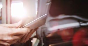 Χέρια της μηχανικής χρησιμοποιώντας ψηφιακής ταμπλέτας