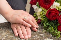 Χέρια της νύφης και του γαμπρού Στοκ Φωτογραφία