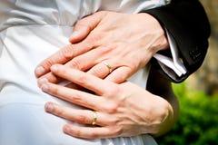 Χέρια της νύφης και του νεόνυμφου με τα δαχτυλίδια κατά τη διάρκεια του θερινού γάμου Στοκ φωτογραφία με δικαίωμα ελεύθερης χρήσης