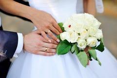 Χέρια της νύφης και του νεόνυμφου με τα δαχτυλίδια Στοκ φωτογραφία με δικαίωμα ελεύθερης χρήσης