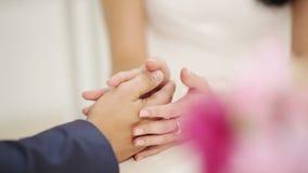 Χέρια της νύφης και του νεόνυμφου φιλμ μικρού μήκους