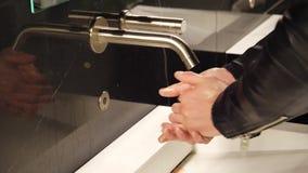 Χέρια της πλύσης νεαρών άνδρων με το υγρό σαπούνι απόθεμα βίντεο