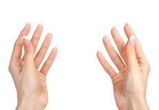 Χέρια της όμορφης γυναίκας που απομονώνονται στο λευκό Στοκ Φωτογραφίες