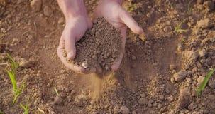 Χέρια της Farmer ` s που αναλύουν το χώμα στο αγρόκτημα απόθεμα βίντεο