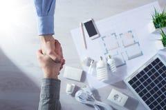 Χέρια τινάγματος αναδόχου και πελατών Στοκ Φωτογραφίες