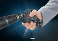 Χέρια τινάγματος επιχειρηματιών με το ρομπότ στο σκούρο μπλε κλίμα και το άσπρο φως Στοκ Φωτογραφίες