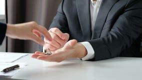 Χέρια τινάγματος μεσιτών και πελατών ακίνητων περιουσιών μετά από να υπογράψει μια σύμβαση: ακίνητη περιουσία, έννοια στεγαστικού απόθεμα βίντεο