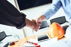 Χέρια τινάγματος ομάδων επιχειρησιακών μηχανικών για να συμφωνήσει με την κοινή επιχείρηση Στοκ φωτογραφία με δικαίωμα ελεύθερης χρήσης