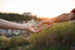 Χέρια του άνδρα και της γυναίκας που φθάνουν ο ένας στον άλλο στοκ εικόνα