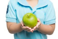 Χέρια του αγοράκι που κρατά το πράσινο μήλο, που απομονώνονται στο λευκό Στοκ εικόνες με δικαίωμα ελεύθερης χρήσης