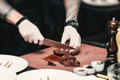 Χέρια του αρχιμάγειρα που κάνει τα υγιή φρέσκα fajitas ή τα fajitos με το βόειο κρέας Εύκολος, αλλά νόστιμος, υγιής Εθνικά μεξικά στοκ εικόνες