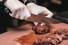 Χέρια του αρχιμάγειρα που κάνει τα υγιή φρέσκα fajitas ή τα fajitos με το βόειο κρέας Εύκολος, αλλά νόστιμος, υγιής Εθνικά μεξικά στοκ φωτογραφίες