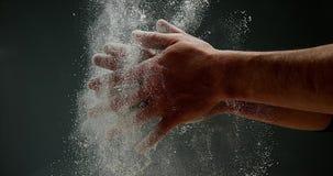 Χέρια του ατόμου με το αλεύρι, απόθεμα βίντεο