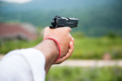 Χέρια του ατόμου με το πυροβόλο όπλο Στοκ φωτογραφίες με δικαίωμα ελεύθερης χρήσης