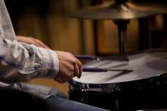Χέρια του ατόμου που παίζει ένα σύνολο τυμπάνων Στοκ εικόνες με δικαίωμα ελεύθερης χρήσης