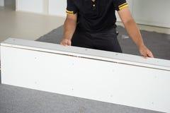 Χέρια του ατόμου που συγκεντρώνει τα νέα έπιπλα Στοκ φωτογραφία με δικαίωμα ελεύθερης χρήσης