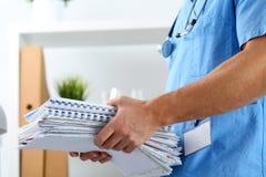 Χέρια του γιατρού θεραπευτών ιατρικής που φορά μπλε ομοιόμορφο Στοκ Εικόνες